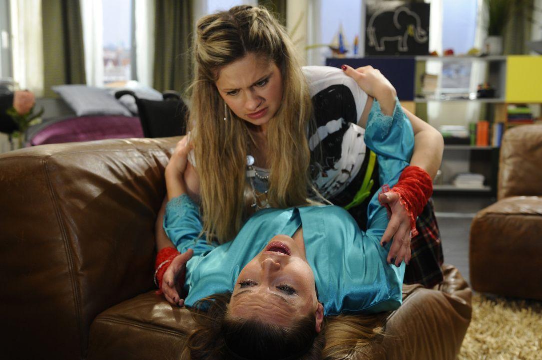 Mia (Josephine Schmidt, oben) hilft Anna bei der Pflege von Katja (Karolina Lodyga, unten). Diese erweist sich allerdings als eigenwillige Patientin... - Bildquelle: SAT.1