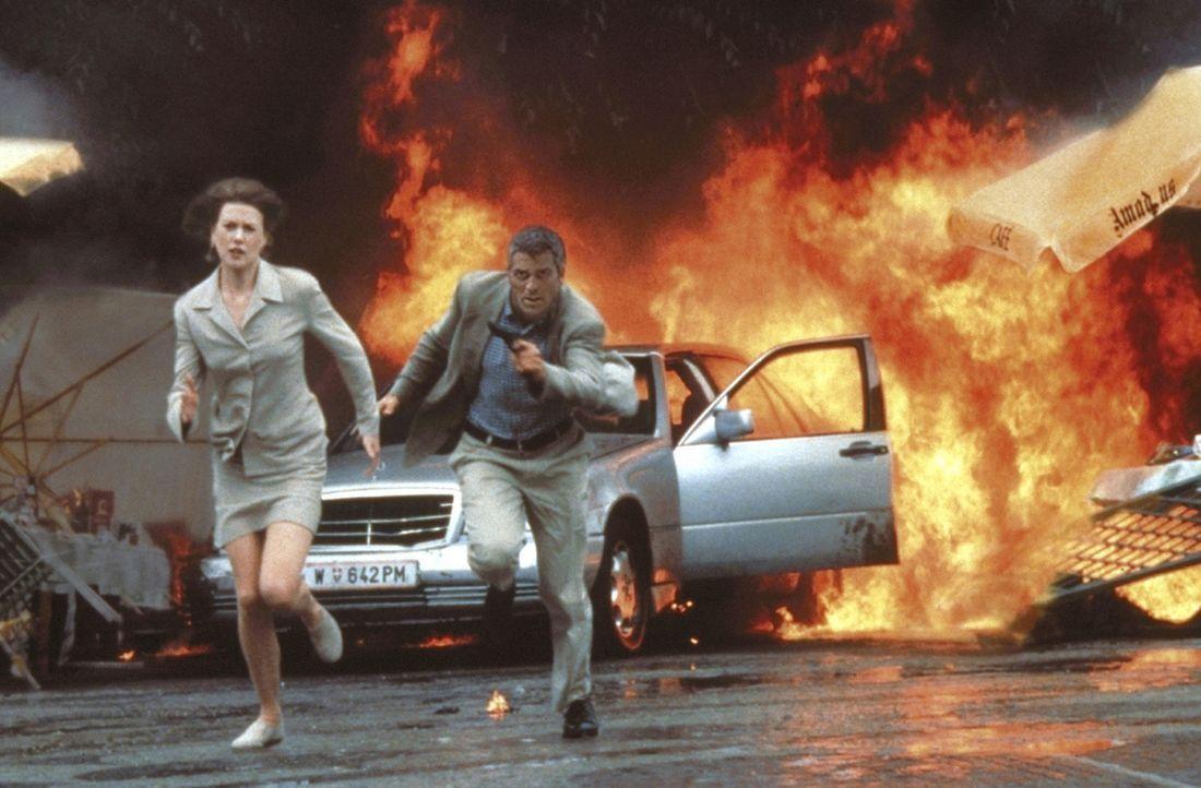 Die russische Atomwaffenmafia macht der Atomexpertin Dr. Julia Kelly (Nicole Kidman, l.) und dem Colonel Thomas Devoe (George Clooney, r.) das Leben... - Bildquelle: DreamWorks SKG