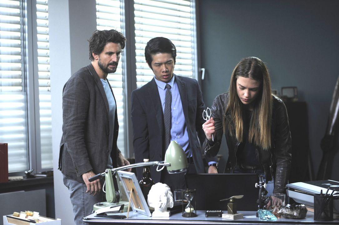 BKA-Mitarbeiterin Julia Wagner (Laura Berlin, r.) ist Einstein (Tom Beck, l.) und Dr. Lee Kwon (Yung Ngo, m.) beim Datenschutz behilflich ... - Bildquelle: Bernd Spauke SAT.1/ Bernd Spauke