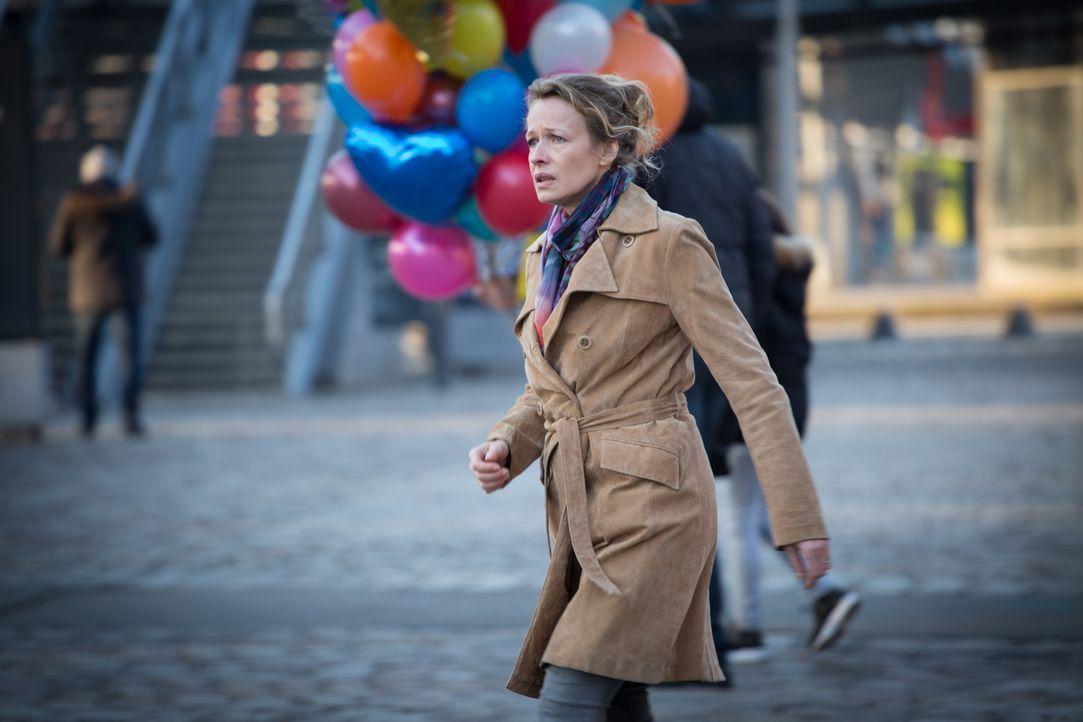 Vollkommen verzweifelt sucht die Mutter (Sophie Broustal) ihren verschwundenen Sohn auf dem Rummelplatz - tragisch, zumal sie vor 25 Jahren bereits... - Bildquelle: Eloïse Legay 2016 BEAUBOURG AUDIOVISUEL
