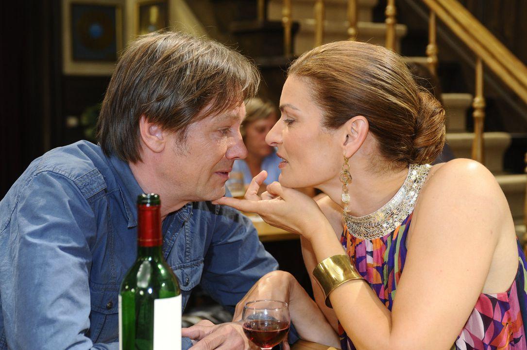 Natascha (Franziska Matthus, r.) ist dem Alkohol verfallen und verliert dadurch alle Hemmungen gegenüber Armin (Rainer Will, l.) ... - Bildquelle: Sat.1