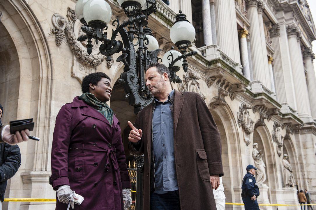 Pathologin Angelique Alassane (Wunmi Mosaku, l.) inspiziert am Tatort mitten in Paris die Leiche und erläutert Ermittler Jo St-Clair (Jean Reno, r.... - Bildquelle: Stéphanie Dupont Atlantique Productions