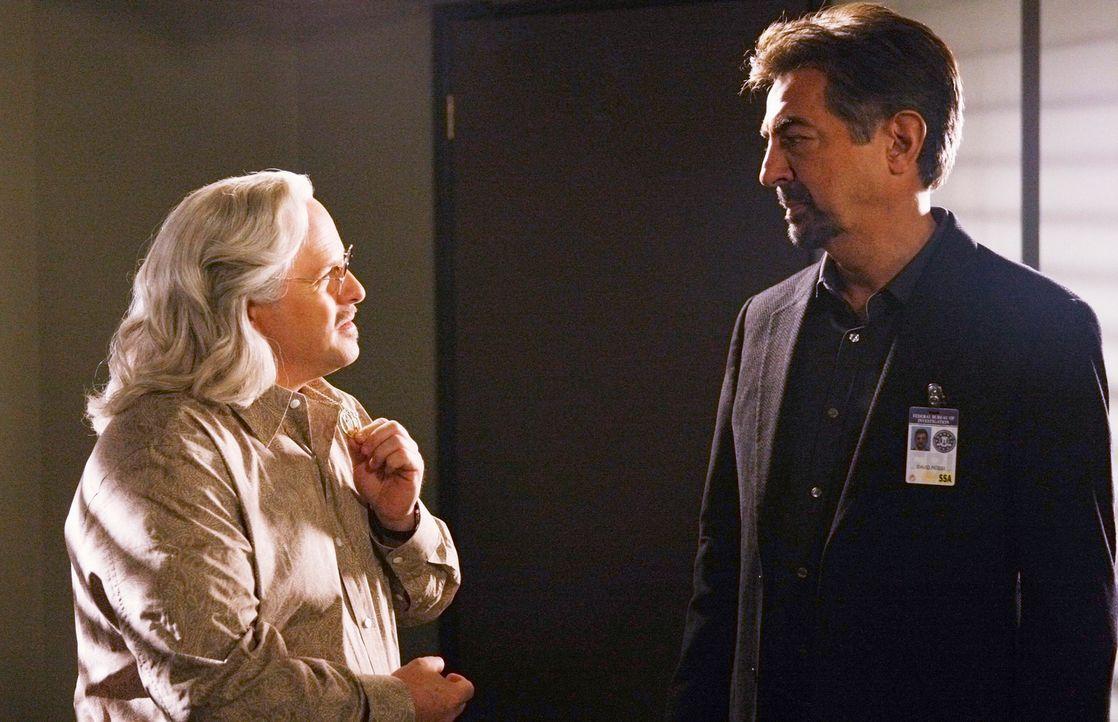 Um sich an Rossi (Joe Mantegna, r.) zu rächen, spielt Professor Rothschild (Jason Alexander, l.) ein gemeines Spiel mit ihm. Doch am Ende gewinnen d... - Bildquelle: Touchstone Television