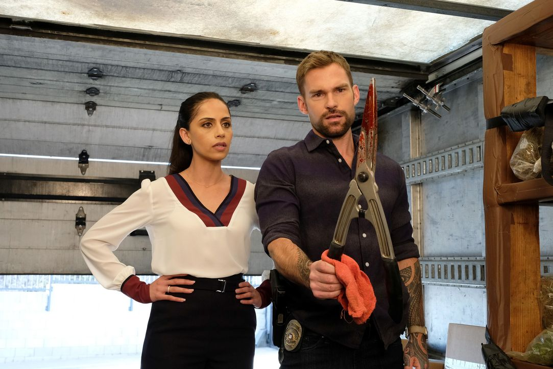 Erica Malick (Nishi Munshi, l.); Wesley Cole (Seann William Scott, r.) - Bildquelle: Ray Mickshaw 2019 Warner Bros. Entertainment Inc. All Rights Reserved.