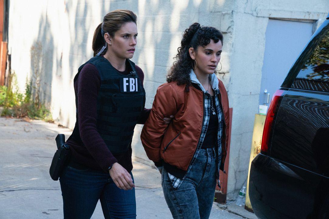 Special Agent Maggie Bell (Missy Peregrym, l.); Jessica Sanchez (Jade Marie Fernandez, r.) - Bildquelle: Mark Schafer 2019 CBS Broadcasting, Inc. All Rights Reserved / Mark Schafer