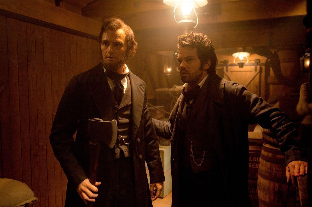Seit der Ermordung seiner Mutter durch einen Vampir ist Abraham Lincoln (Benjamin Walker, l.) unermüdlich in seinem Kampf, alle Untoten zu vernichte... - Bildquelle: Stephen Vaughan 2012 Twentieth Century Fox Film Corporation. All rights reserved. / Stephen Vaughan