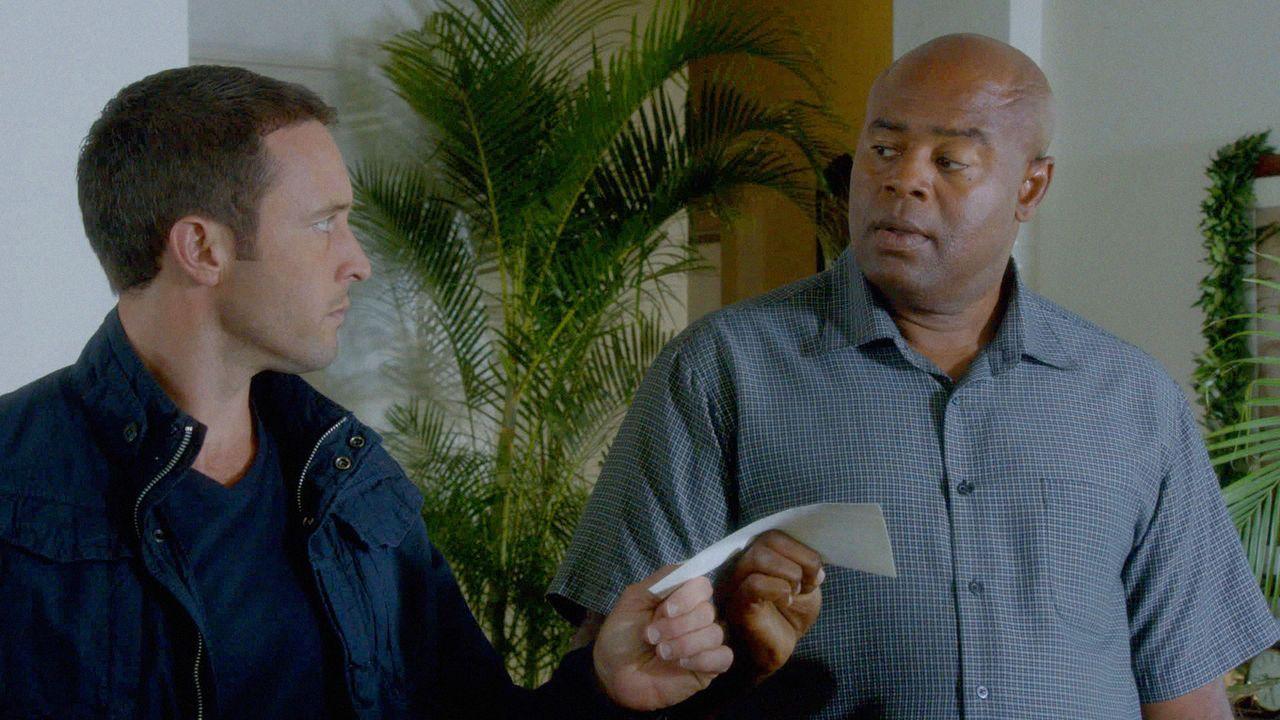 Steve (Alex O'Loughlin, l.) muss mit Lou Grover (Chi McBride, r.) zusammen arbeiten um Staatssicherheit ihres Landes vor einem Computer-Hacker zu sc... - Bildquelle: 2013 CBS BROADCASTING INC. All Rights Reserved.