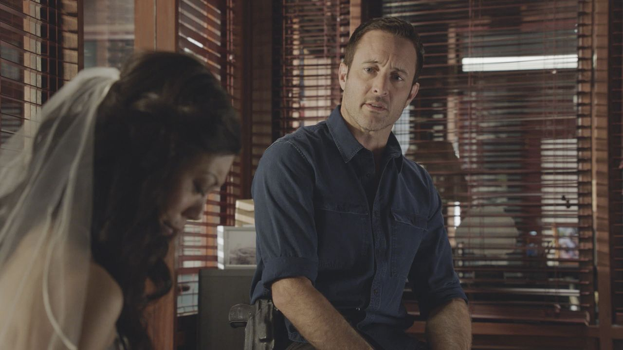 Tamiko Masuda (Brittany Ishibashi, l.); Steve McGarrett (Alex O'Loughlin, r.) - Bildquelle: 2019 CBS Broadcasting, Inc. All Rights Reserved