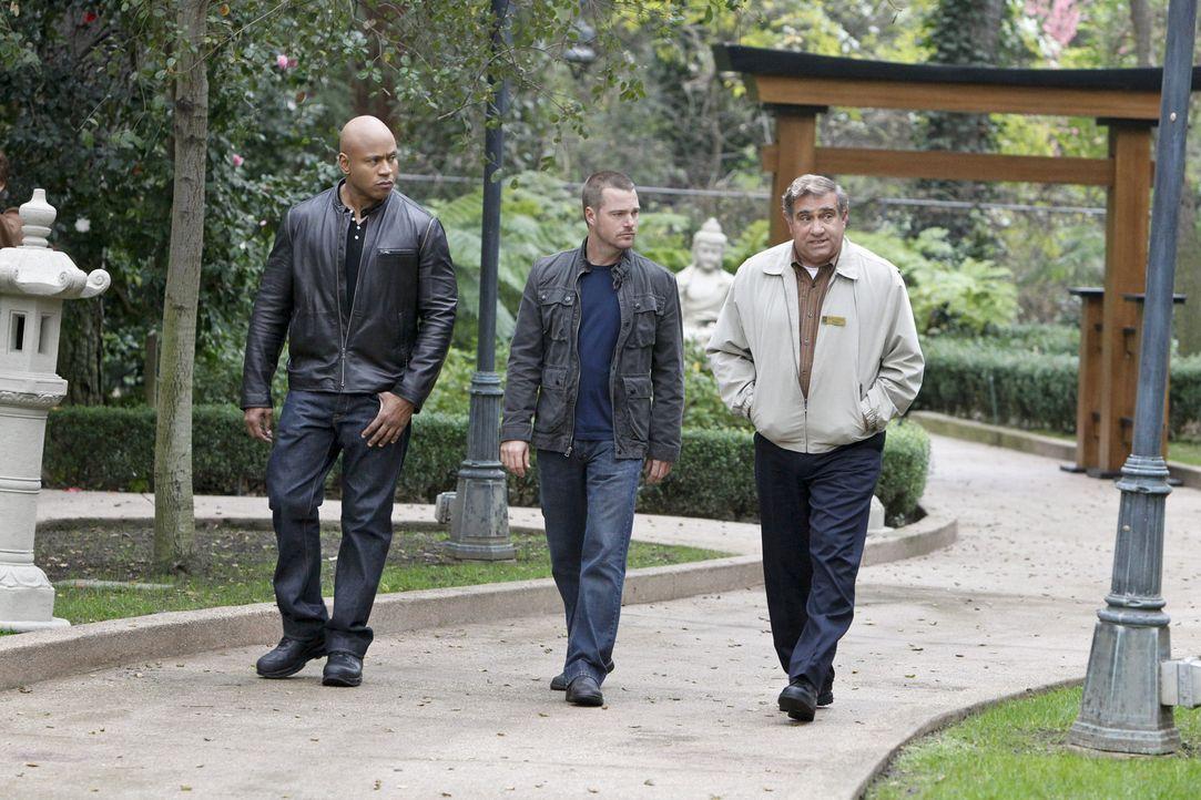 Callen (Chris O'Donnell, M) und Sam (LL Cool J, l.) ermitteln in einem neuen Fall und hoffen dabei auf Hilfe von James Cleary (Dan Lauria, r.). Doch... - Bildquelle: CBS Studios Inc. All Rights Reserved.