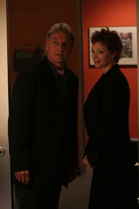 Stehen vor einem Rätsel: Gibbs (Mark Harmon, l.) und Jenny Shepard (Lauren Holly, r.) ... - Bildquelle: CBS Television
