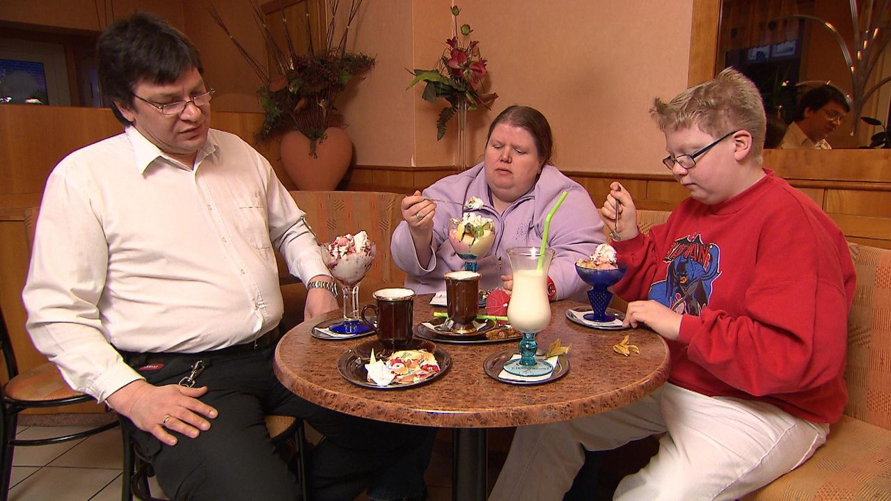 Secret_Eaters_Episode3_Familie beim Eisessen