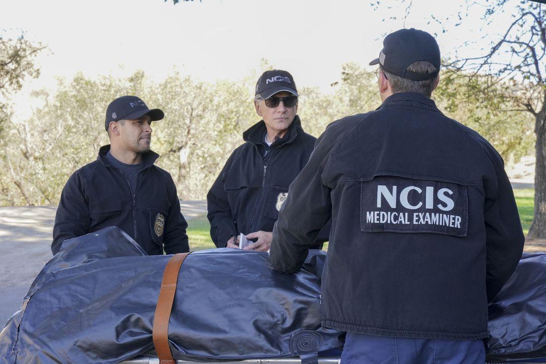 Nachdem eine Fahrerflucht einen Toten hinterlässt, nehmen Torres (Wilmer Valderrama, l.) und Gibbs (Mark Harmon, 2.v.l.) die Ermittlungen auf ... - Bildquelle: Bill Inoshita 2017 CBS Broadcasting, Inc. All Rights Reserved