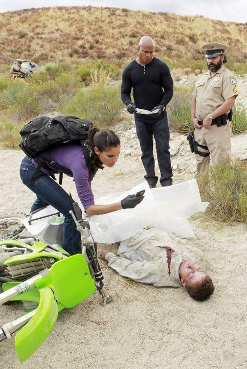 Ein neuer Mordfall beschäftigt das Team: Kensi (Daniela Ruah, l.) und Sam (LL Cool J, 2.v.r.) ... - Bildquelle: CBS Studios Inc. All Rights Reserved.