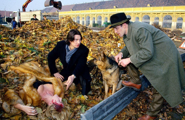 Kommissar Richie Moser (Tobias Moretti, M.) und sein Assistent Stockinger (Karl Markovics, r.) finden die ermordete Ines Wieland (Ingrid Köstler, l.... - Bildquelle: Ali Schafler Sat.1