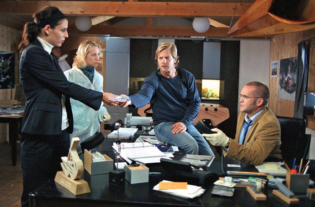 Müssen einen kniffligen Fall lösen: Nina (Elena Uhlig, l.), Leo (Henning Baum, 2.v.r.), Schulz (Rainer Haustein, r.) und seine Frau Regina (Julia... - Bildquelle: SAT.1