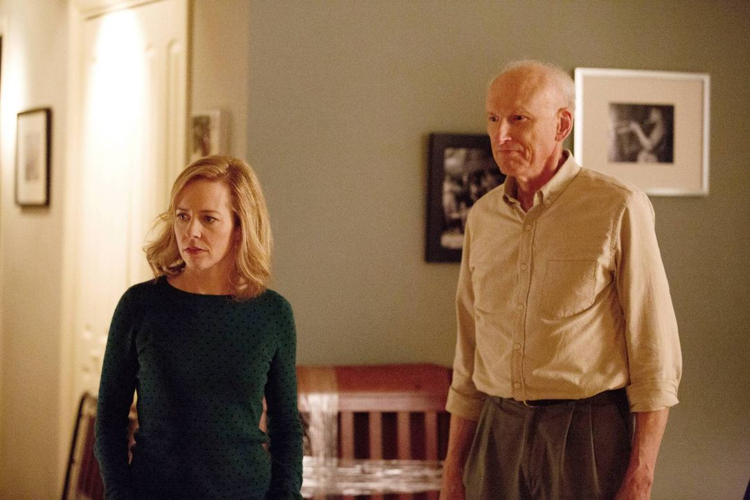 Carrie ist sich nicht sicher, ob sie Kind will, oder ob sie es ihrer Schwester Maggie (Amy Hargreaves, l.) und ihrem Vater Frank (James Rebhorn, r.)... - Bildquelle: 2013 Twentieth Century Fox Film Corporation. All rights reserved.