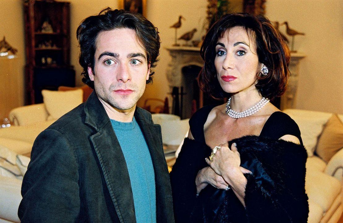 Marc Hoffmann (Alexander Pschill, l.) ist sich nicht sicher, ob Sonja Fuchs (Andrea Eckert, r.) wirklich über den Tod ihres Bruders erschüttert is... - Bildquelle: Sat.1