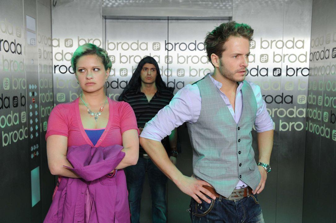 Im Beisein von Maik (Sebastian König, M.) versucht Enrique (Jacob Weigert, r.) sich bei Mia (Josephine Schmidt, l.) zu erklären ... - Bildquelle: SAT.1