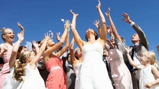 Mal anders: Alle unverheirateten Männer und Frauen dürfen versuchen, den Brau...