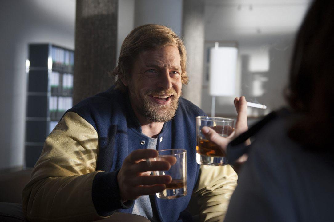 In seinem eigenen Fall muss Mick (Henning Baum) feststellen, dass es nicht so einfach ist, den Mann, der hinter dem Mordauftrag an ihn steckte, zu  - Bildquelle: Martin Rottenkolber SAT.1