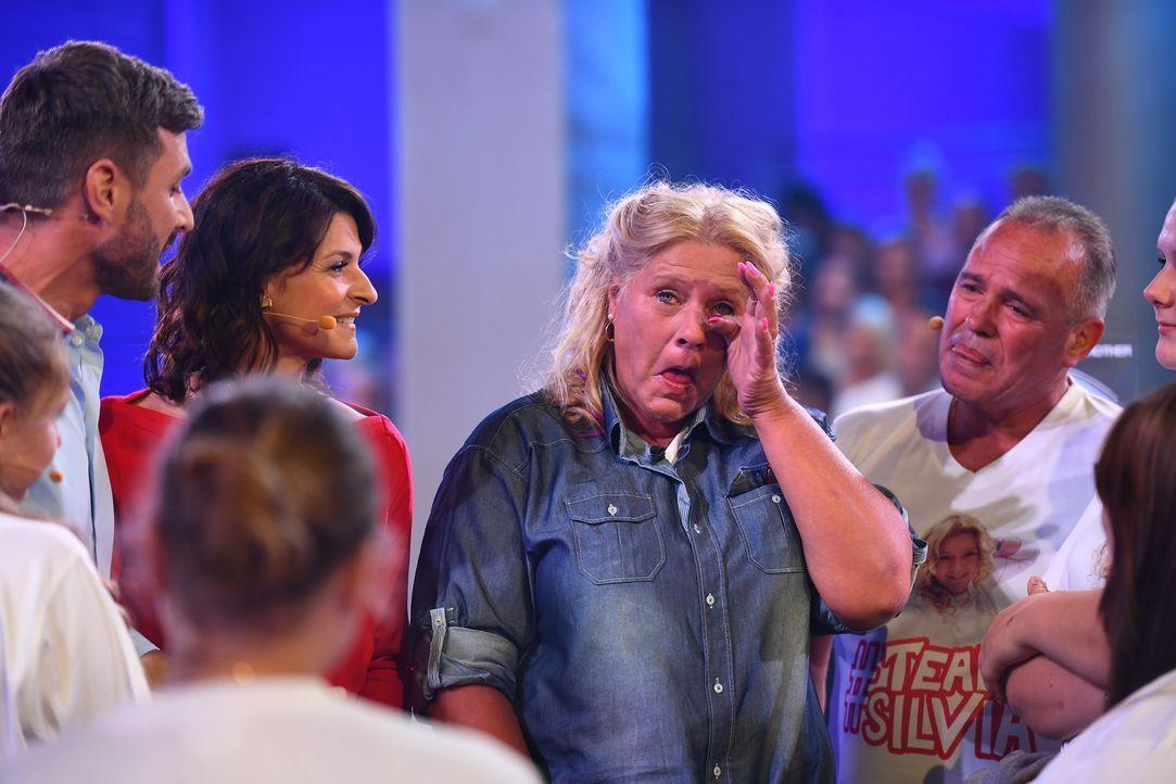 Silvia Wollny weint vor ihrem Eintritt ins Haus
