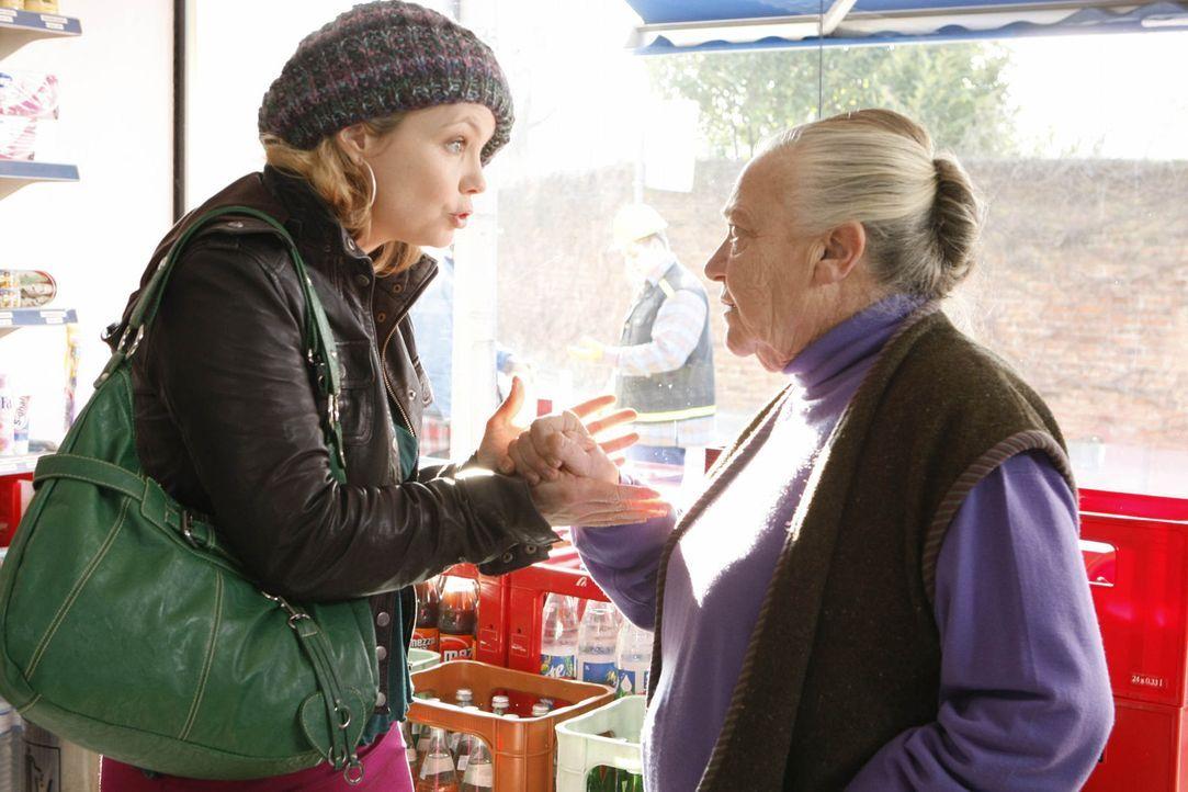 Danni (Annette Frier, l.) hat es mit ihrer egoistischen Mandantin Uta Schwartz (Barbara Morawiecz, r.) nicht leicht, die um ihr Kiosk kämpft ... - Bildquelle: SAT.1