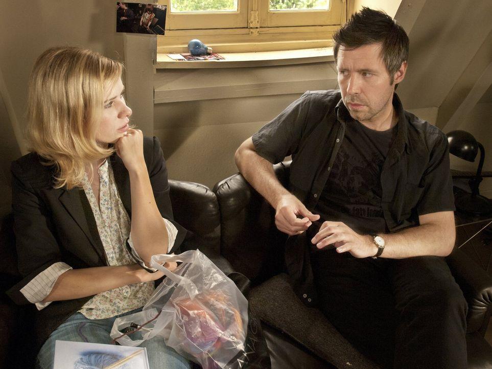 Eine weitere Lüge von Derek (Paddy Considine, r.) sorgt zum endgültigen Vertrauensverlust bei Greta (Nora Tschirner, l.) ... - Bildquelle: Warner Bros.