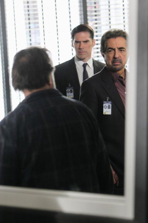 Ein neuer Fall beschäftigt Rossi (Joe Mantegna, r.) und Hotch (Thomas Gibson, l.). Doch was hat Bruce Morrison (Ken Olin, l.) damit zu tun? - Bildquelle: ABC Studios