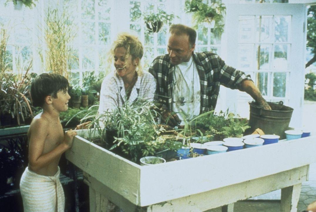 Frank (Michael Patrick Carter, l.) hat die richtige Wahl getroffen: Durch V (Melanie Griffith; M.) erhält Tom (Ed Harris, r.) wieder Freude am Leben. - Bildquelle: Paramount Pictures