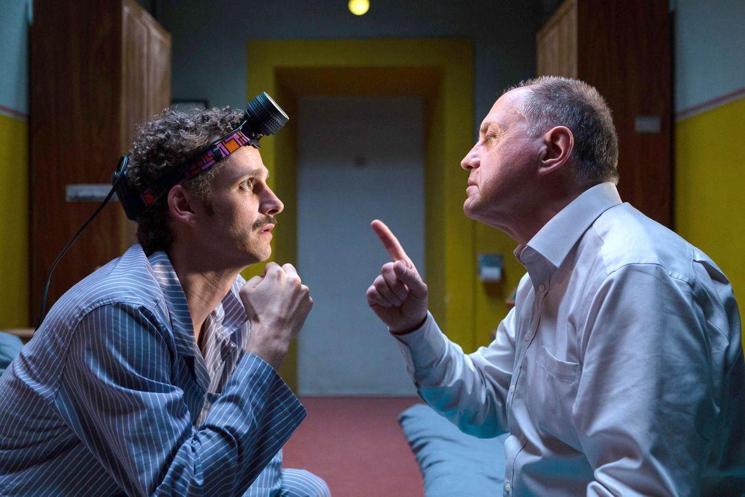 """Kaum im Gefängnis angekommen, nimmt Udo Honig (Uwe Ochsenknecht, r.) seinen Zellengenossen Stefan (Max von Thun, l.) in """"seine Mannschaft"""" auf. Geme... - Bildquelle: Arvid Uhlig SAT.1"""