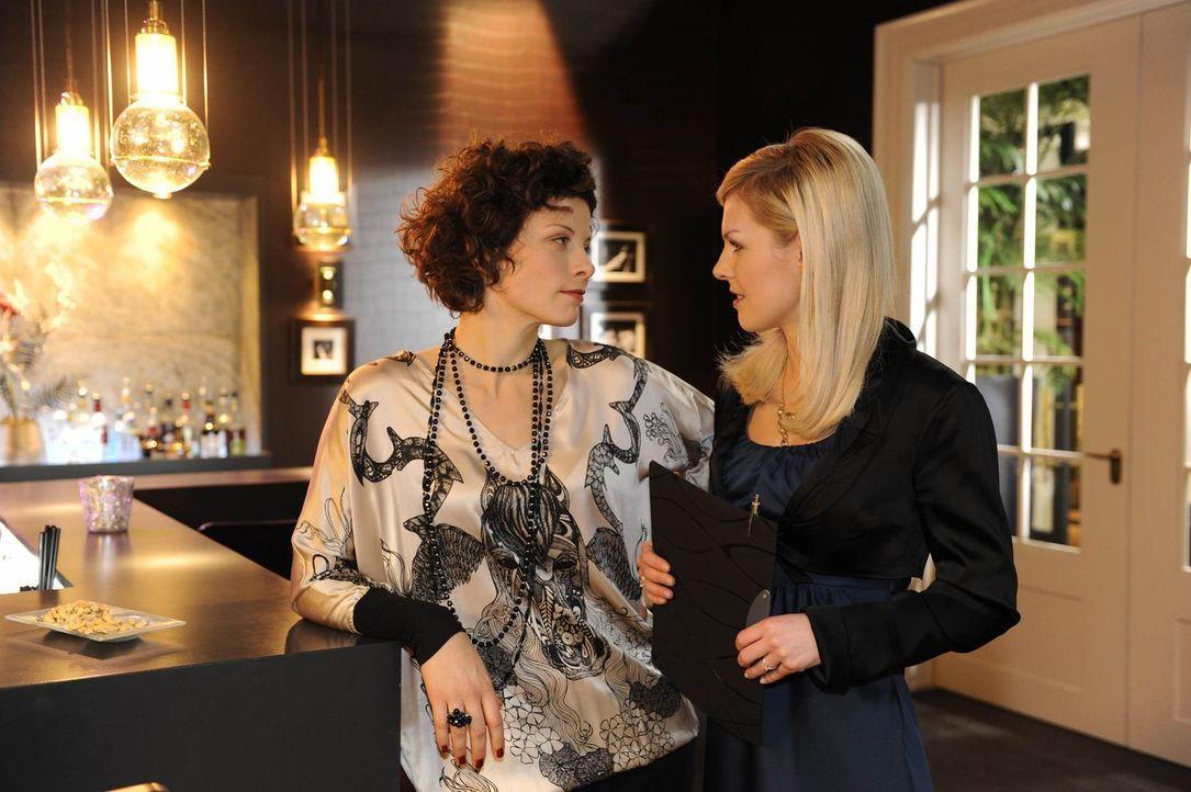 Alexandra (Ivonne Schönherr, r.) hat sich in Emilys (Anna Schäfer, l.) neue Designer-Kleider verliebt und erhofft sich von Julius eine zweite Mode... - Bildquelle: SAT.1