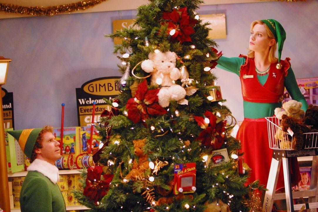 Mit Hilfe der wunderschönen Elfe aus dem Kaufhaus (Zooey Deschanel, r.) will Buddy (Will Ferrell, l.) nun seinem Dad und dem Rest der Welt beibring... - Bildquelle: Warner Bros. Television