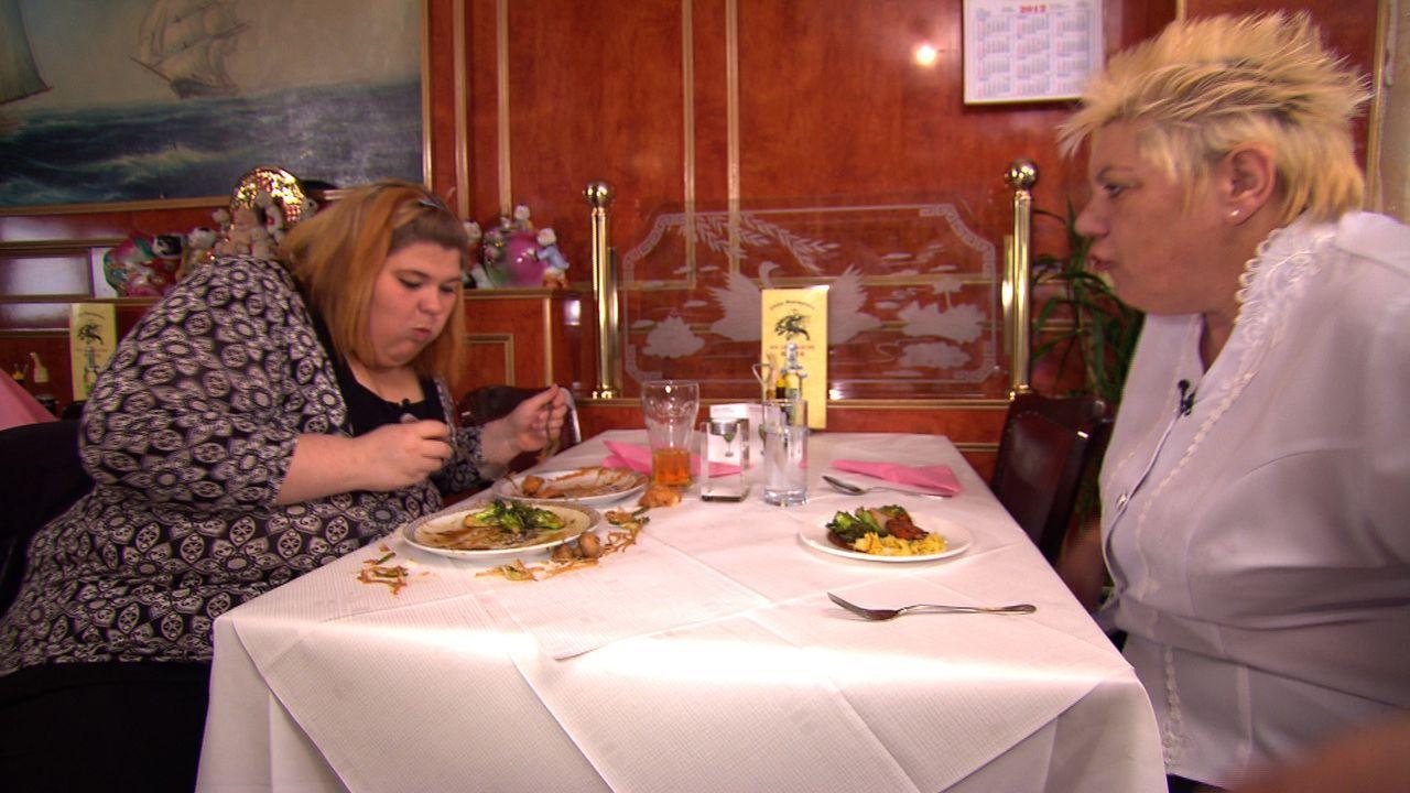 Eileen (l.) ist nichts zu peinlich, um günstig an ihre große Leidenschaft - das Essen - heranzukommen. Zum Leidwesen ihrer Tante Doris (r.) ... - Bildquelle: SAT.1