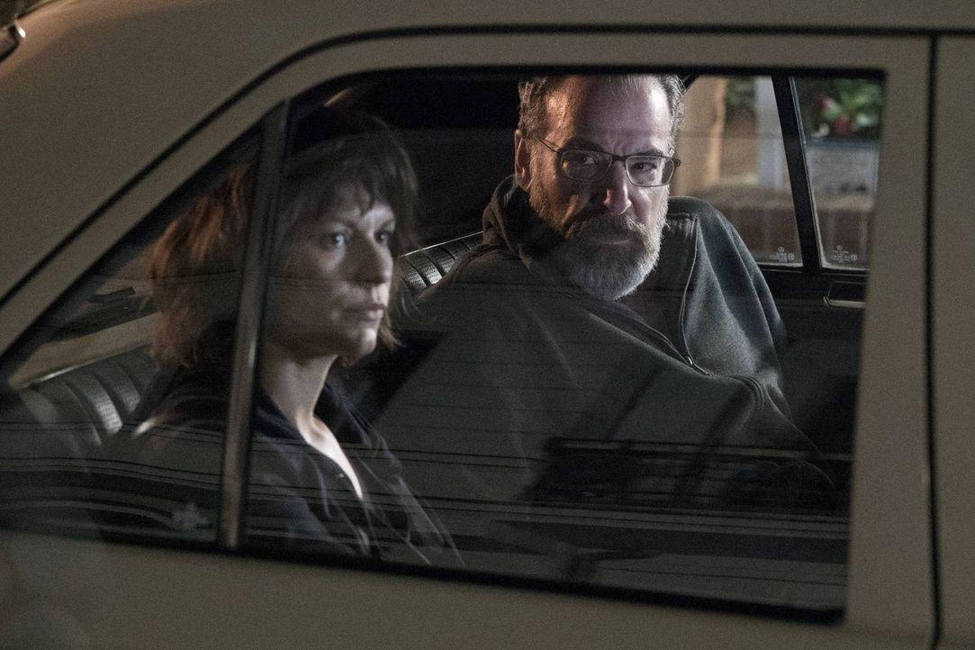 Als Carrie (Claire Danes, l.) herausgefunden hat, dass der russische Geheimdienst hinter ihr her ist, sucht sie Saul (Mandy Patinkin, r.) auf, doch... - Bildquelle: Stephan Rabold 2015 Showtime Networks, Inc., a CBS Company. All rights reserved.