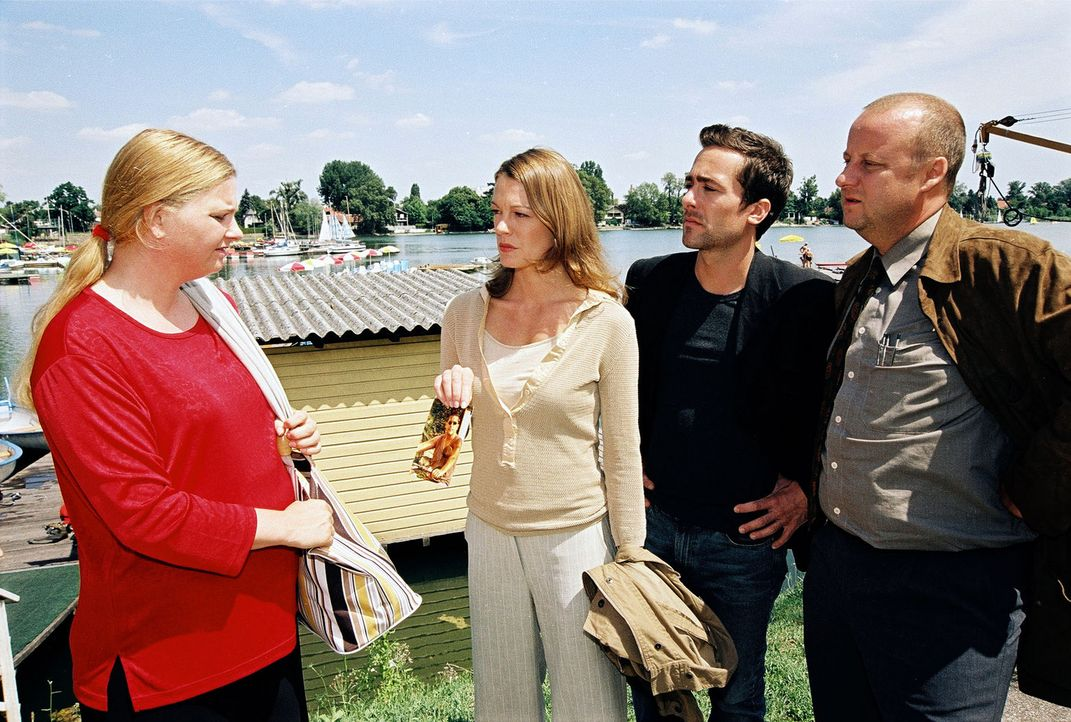 Marc (Alexander Pschill, 2.v.r.), Niki (Elke Winkens, 2.v.l.) und Kunz (Martin Weinek, r.) befragen die Schwester (Ulrike Beimpold, l.) des ertrunke... - Bildquelle: Sat.1