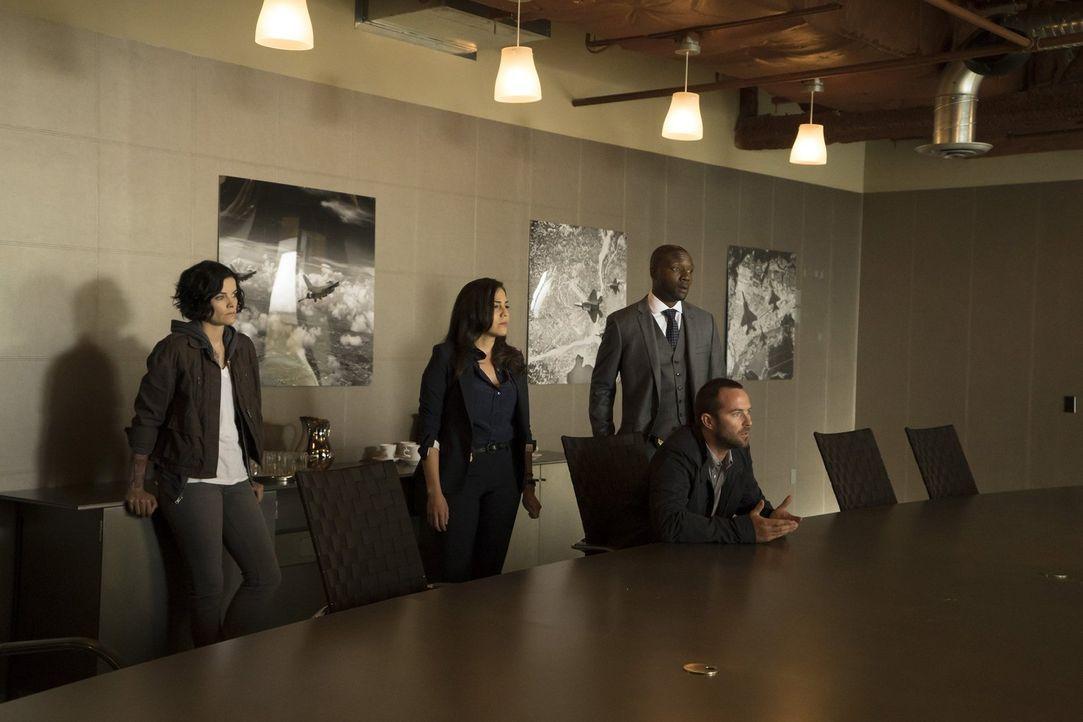 Tasha Zapata (Audrey Esparza, l.), Edgar Reed (Rob Brown, r.), Kurt Weller (Sullivan Stapleton, vorne.) und Jane Doe (Jaimie Alexander, M.) widmen s... - Bildquelle: Warner Brothers