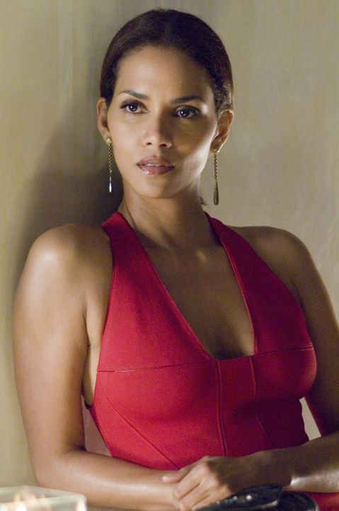 Um den Mord an ihrer Freundin Grace aufzuklären, schleicht sich die Journalistin Rowena (Halle Berry) undercover in die Agentur von Harrison Hall e... - Bildquelle: Copyright   2007 Revolution Studios Distribution Company, LLC. All Rights Reserved.
