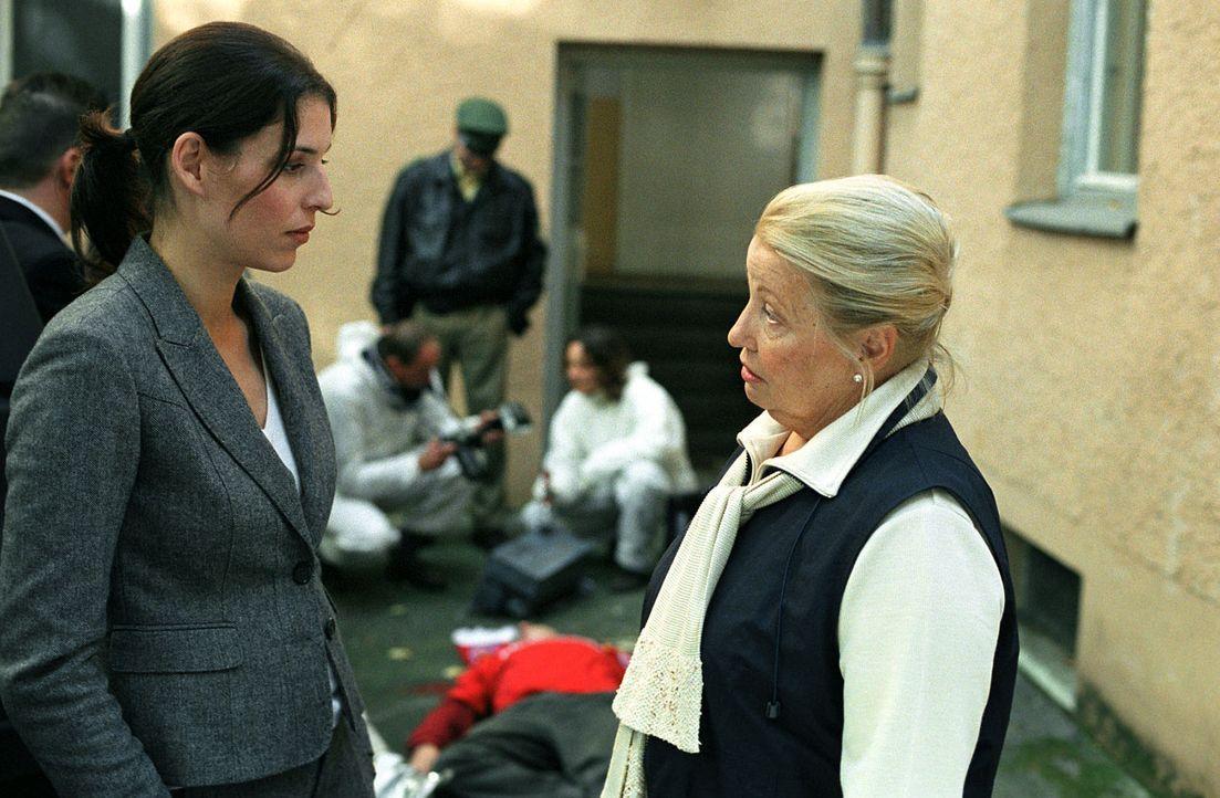 Stets höchst ungeduldig wartet Nina (Elena Uhlig, l.) auf die Ergebnisse der Gerichtsmedizin. Doch die erfahrene Pathologin Verena Reiter (Sarah Ca... - Bildquelle: SAT.1