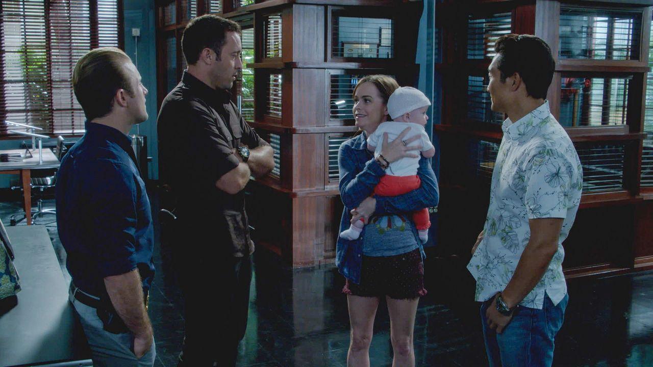Steves Schwester Mary (Taryn Manning, M.) überrascht ihren Bruder damit, dass sie ein Baby adoptiert hat. Als sie plötzlich krank wird, müssen St... - Bildquelle: 2013 CBS BROADCASTING INC. All Rights Reserved.