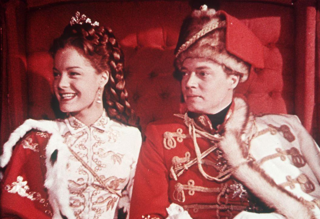 Zusammen sind sie stark: Kaiser Franz  Joseph von Österreich (Karlheinz Böhm, l.) und seine wunderschöne Frau (Romy Schneider, r.) ... - Bildquelle: Herzog-Filmverleih