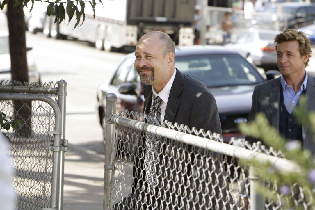 Agent Bosco (Terry Kinney, l.), der von Minelli ebenfalls auf den Fall angesetzt wurde, weigert sich, Patricks (Simon Baker, r.) Theorie anzuerkenne... - Bildquelle: Warner Bros. Television