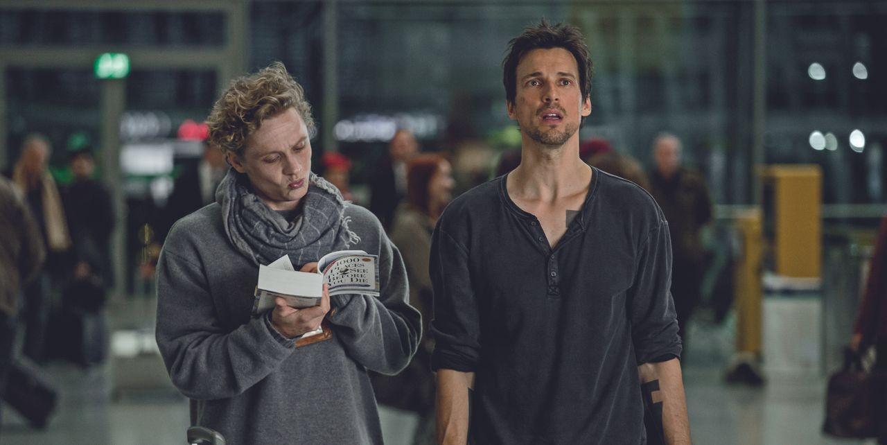 Andi (Matthias Schweighöfer, l.) und Benno (Florian David Fitz, r.) haben nur eine einzige Sache gemeinsam: Sie werden bald sterben. Gemeinsam brech... - Bildquelle: Warner Brothers