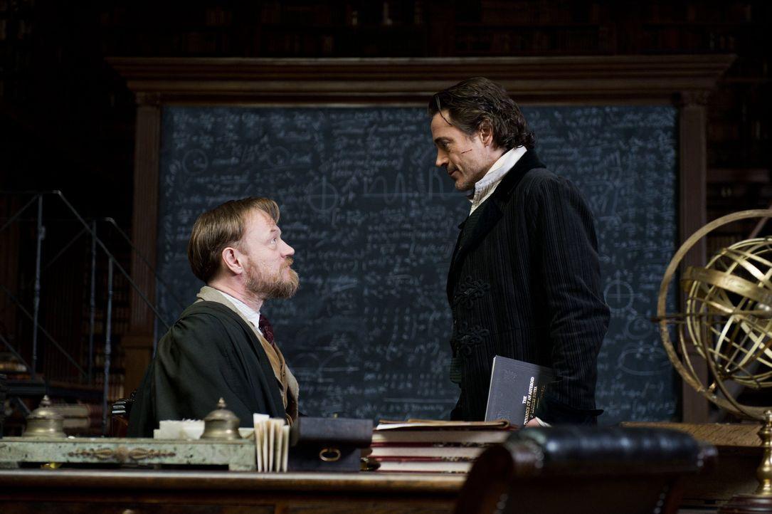 Sein bisher bedeutsamster Auftrag wartet auf Sherlock (Robert Downey Jr., r.), denn er will den brillantesten Verbrecher Europas aufhalten: Professo... - Bildquelle: Warner Bros.