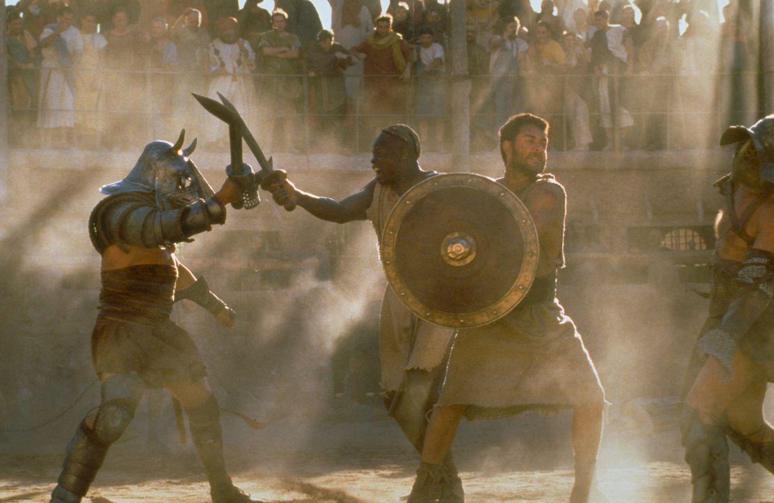 Nach dem plötzlichen Tod des Kaisers Aurelius, der ihn als Nachfolger ernennen wollte, wird Maximus (Russell Crowe, 2.v.r.) von den Schergen des neu... - Bildquelle: Universal Pictures