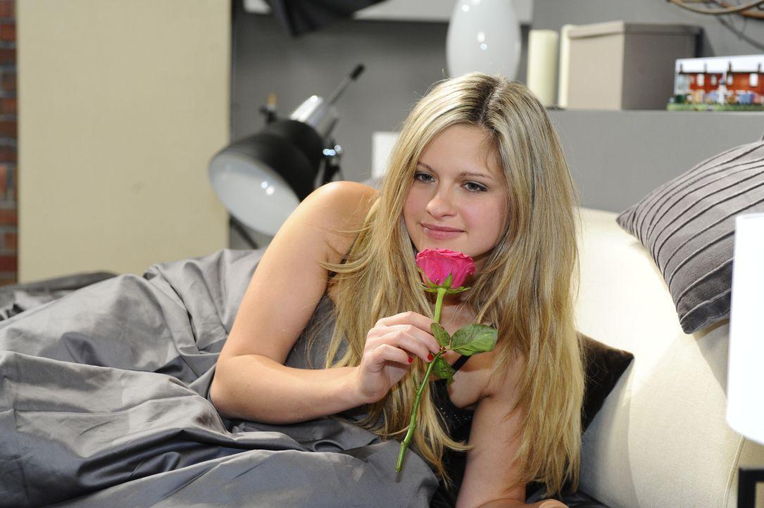 Ist überglücklich nach der ersten Nacht mit Alexander: Mia (Josephine Schmidt) ... - Bildquelle: SAT.1