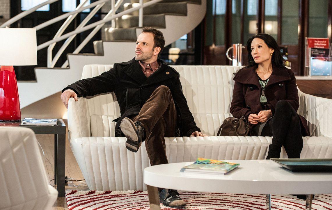 Ein neuer Fall wartet auf Sherlock Holmes (Jonny Lee Miller, l.) und Joan Watson (Lucy Liu, r.) ... - Bildquelle: CBS Television