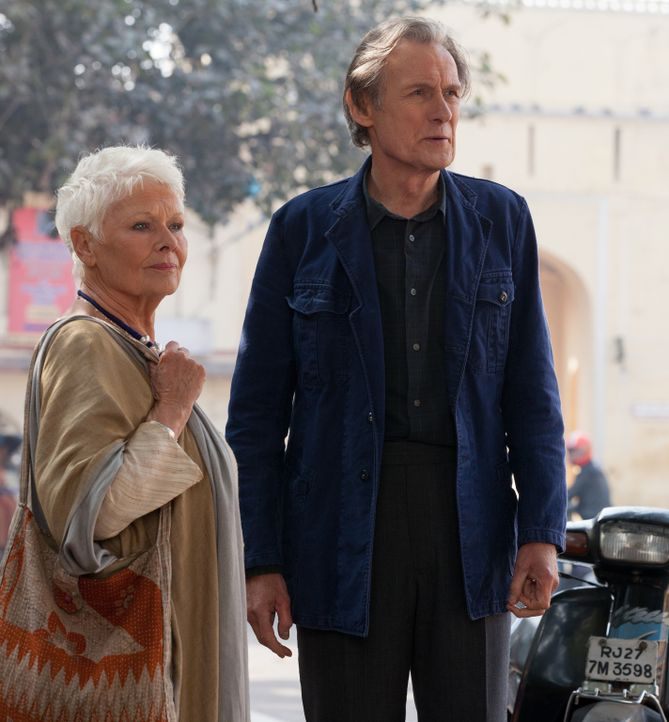 Während die 79-jährige Evelyn (Judi Dench, l.) ein überaus interessantes Jobangebot erhält, bekommt Douglas (Bill Nighy, r.) Besuch von seiner Ehefr... - Bildquelle: Laurie Sparham 2015 Twentieth Century Fox Film Corporation.  All rights reserved.