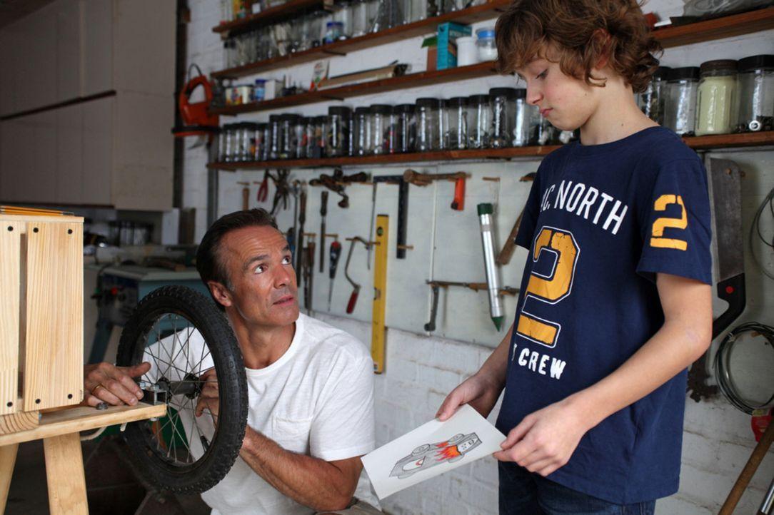 Gemeinsam mit seinem Vater soll Tommy (Max Boekhoff, r.) eine Seifenkiste für ein Rennen bauen. Doch Mattes (Hannes Jaenicke, l.) nimmt mit Feuerei... - Bildquelle: Boris Guderjahn SAT. 1