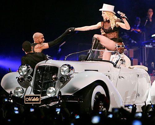 """Madonna beim ersten Konzert ihrer Sticky and Sweet"""" Welttour. - Bildquelle: AFP"""