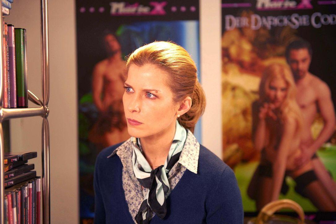 Muss eine marode, hoch verschuldete Pornoproduktion zum Erfolg führen: die biedere Hausfrau Marie (Valerie Niehaus) ... - Bildquelle: SAT.1